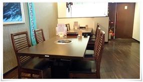 入口付近のテーブル席@焼肉 仁(JIN)
