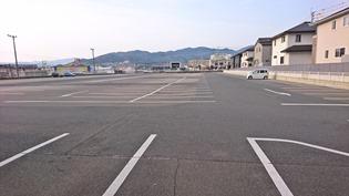 建屋裏手の駐車場